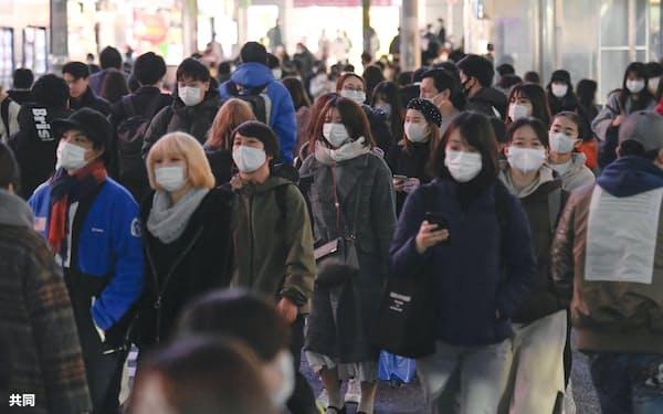 東京・渋谷をマスク姿で歩く人たち(5日午後)=共同