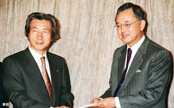 首相だった小泉純一郎氏のもとで政府の規制改革を推進した宮内義彦氏(右)