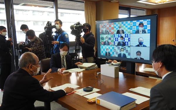 臨時ウェブ会議で発言する九州地方知事会の広瀬勝貞会長㊧(6日、大分県庁)