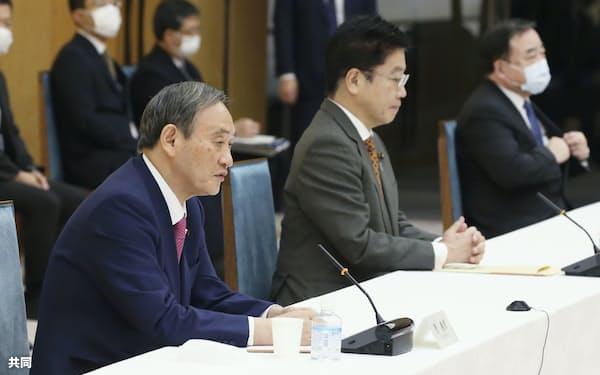 成長戦略会議を設置した菅首相(左)は中小支援を強化したい考え(共同)