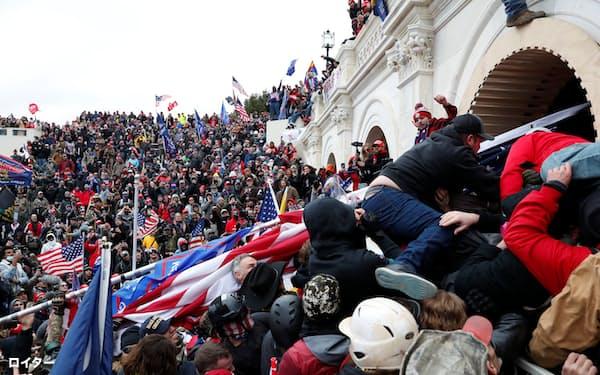 トランプ氏の支持者が米議会に乱入した(6日、ワシントン)=ロイター