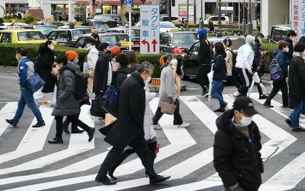 繁華街をマスク姿で行き交う人たち(7日、大阪市中央区)