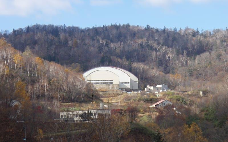 札幌市にある豊羽鉱山。水処理施設は周囲の環境への悪影響を防ぐため完全屋内型だ