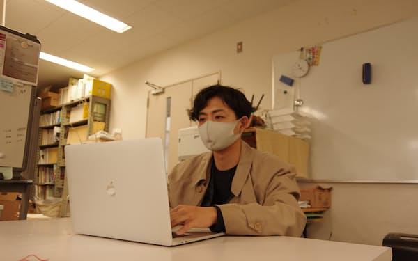 福井大の大学院で建築を学ぶ高橋駿介さんは埼玉県でインターンをしながらオンラインで授業を受ける