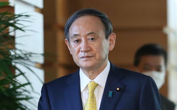 緊急事態宣言の発令を受け、報道各社のインタビューに臨む菅首相(8日、首相官邸)