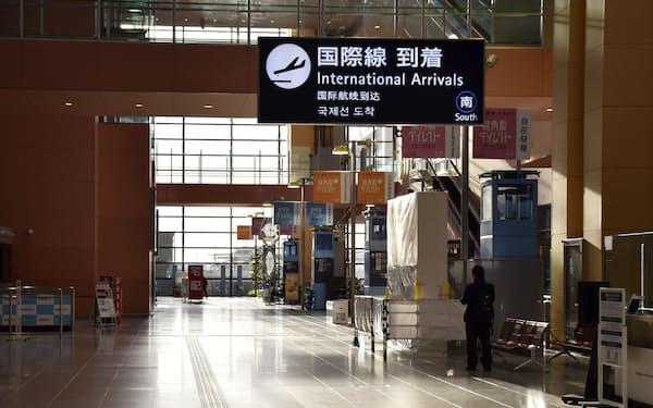 閑散とする関西空港(3日午後)=共同