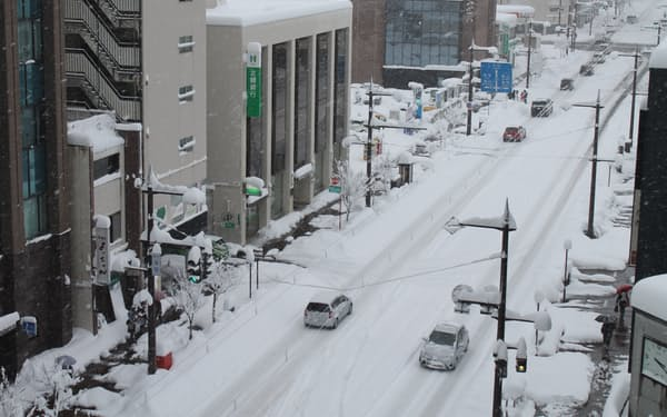 富山市では8日午前6時までの12時間降雪量が48㌢と過去最多になった