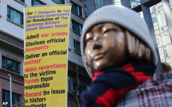 ソウル日本大使館前の慰安婦を象徴する少女像=AP