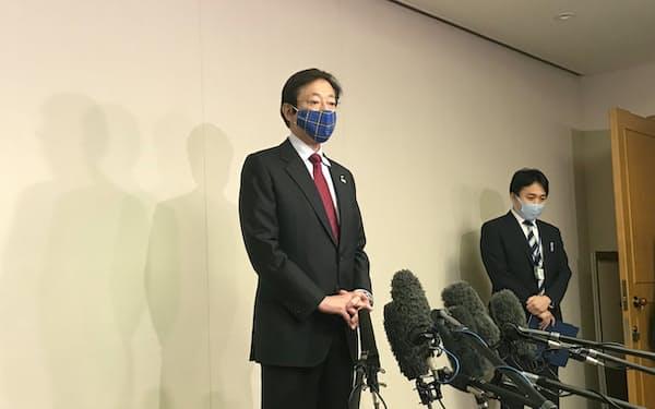 記者団の質問に答える久元市長(8日、神戸市)