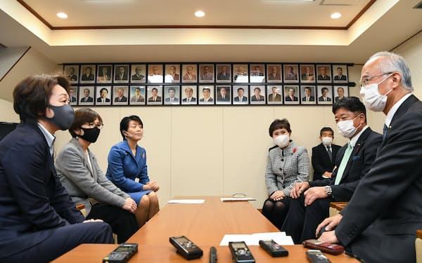 橋本聖子氏らが議長会の代表者らに対し、議員の産休期間を議会運営のルールに明記するよう訴える