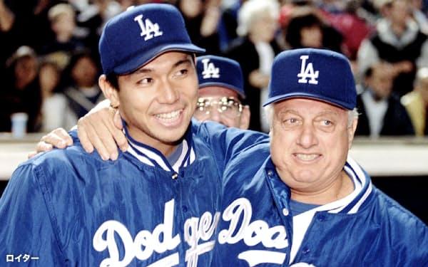 1995年6月、米大リーグで初勝利を挙げた野茂(左)を祝福するドジャースのラソーダ監督=ロイター共同