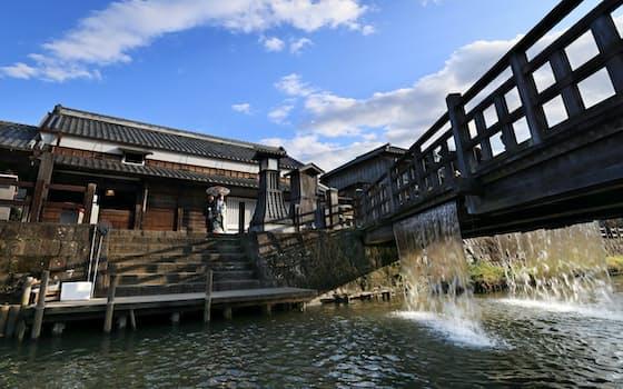 伊能忠敬旧宅前で和服姿の新郎新婦が写真撮影をしていた。農業用水路だった樋橋から水が流れ落ちる