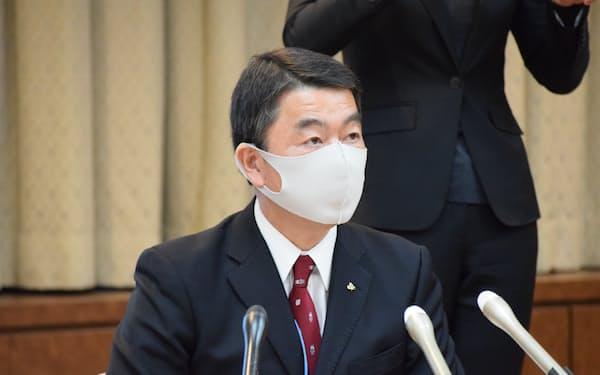 対策本部会議後、会見に臨む村井知事(9日、宮城県庁)