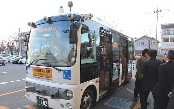 自動運転バスの車内で乗客の顔を認識できるか確かめる(写真は20年1月の実験、前橋市)