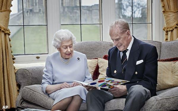 エリザベス女王とフィリップ殿下はウィンザー城で隔離生活を送っている(2020年11月、ロンドン郊外)=AP