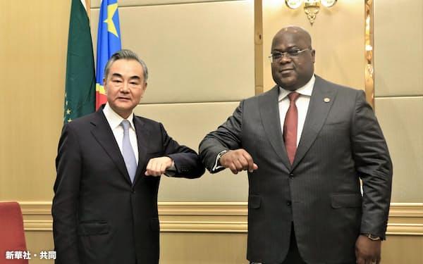 コンゴ民主共和国の首都キンシャサで、チセケディ大統領(右)と写真に納まる中国の王毅国務委員兼外相=6日(新華社=共同)