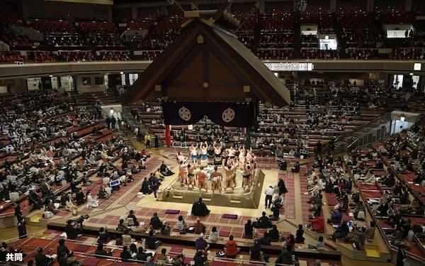 大相撲初場所の初日を迎え、土俵入りする幕内力士。今場所の幕内の4分の1以上が海外出身者=共同