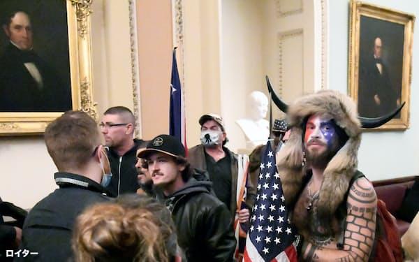 議事堂に侵入した「Qアノン」の信奉者、ジェイク・アンジェリ氏(右)=ロイター