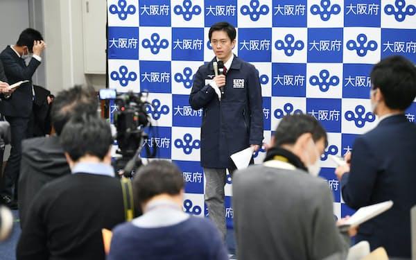 緊急事態宣言発令の要請後、記者の質問に答える大阪府の吉村洋文知事(9日午後、大阪府庁)