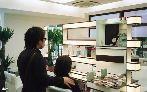 美容室のフランチャイズチェーン(FC)大手のアルテ。独立志向が強い美容室業界で「のれん分け」による独自のFCシステムを確立、人材を確保しながら積極出店を進めている。アルテでは美容師の腕前にあわせ三段階の料金を設定している