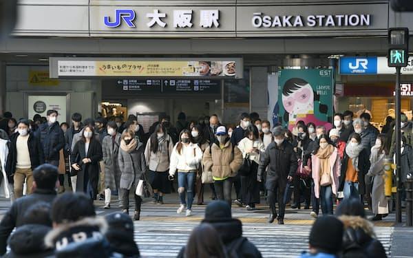 マスク姿で行き交う人たち(10日、大阪市北区)