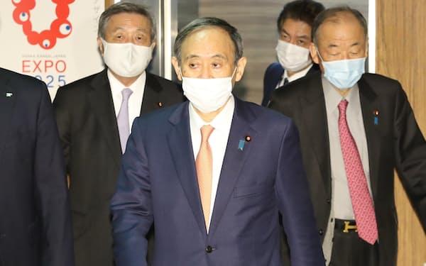 自民党役員会に臨む菅首相(12日午前、党本部)