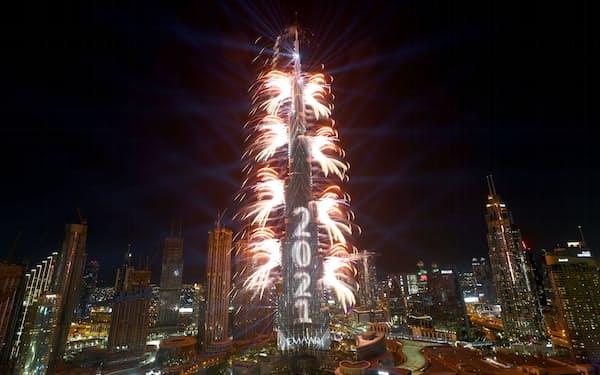 ドバイでは新年を花火などで盛大に祝った=ロイター