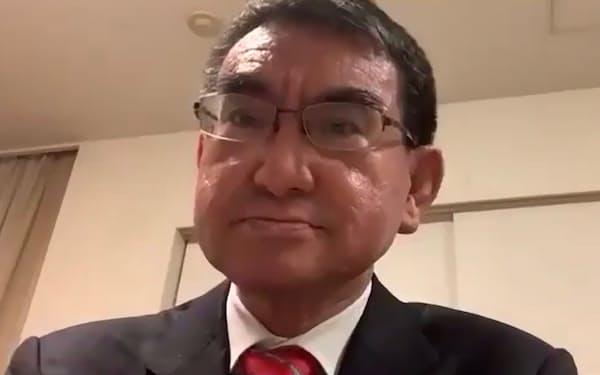 12日のオンラインの記者会見に臨む河野規制改革相