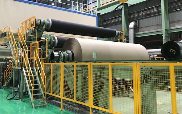「ライナー」と呼ばれる段ボール原紙を生産する(ベトナム南部・バリアブンタウ省)