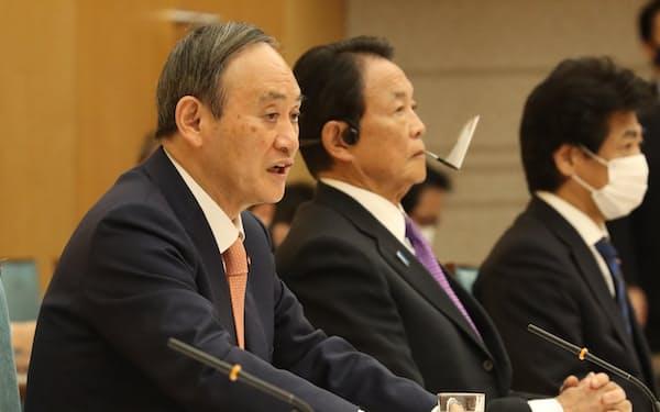 政府・与党連絡会議であいさつする菅首相(12日、首相官邸)