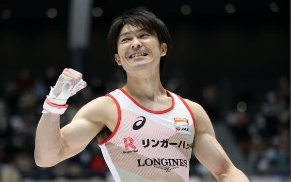 全日本選手権で鉄棒の演技を終え、ガッツポーズする内村(2020年12月)