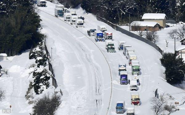 北陸自動車道では約1500台の車が立ち往生した(11日午前11時、福井県あわら市)(共同)
