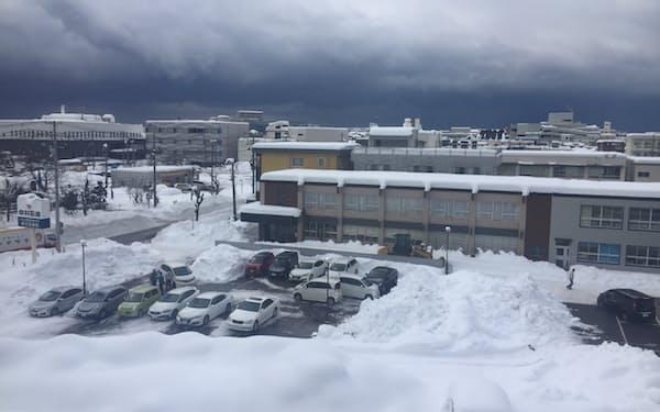 新潟県内各地で大雪に見舞われた(12日、柏崎市)