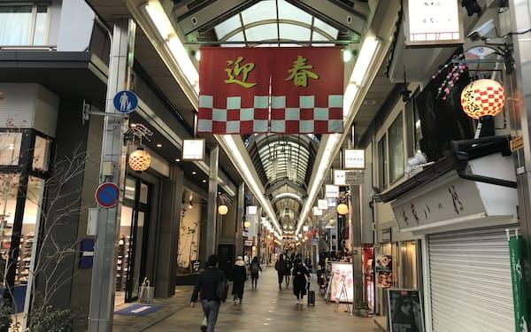 3府県は全域で住民に不要不急の外出自粛などを要請する(京都市の新京極商店街)