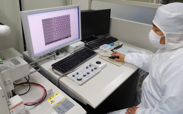 作製したトポロジカル・フォトニック結晶を電子顕微鏡で観察(東京・目黒の東大で)