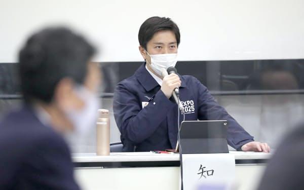大阪府新型コロナウイルス対策本部会議で発言する吉村知事(12日、大阪市中央区)