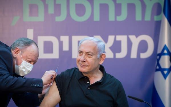新型コロナウイルスのワクチンを受けるイスラエルのネタニヤフ首相(9日)=ロイター