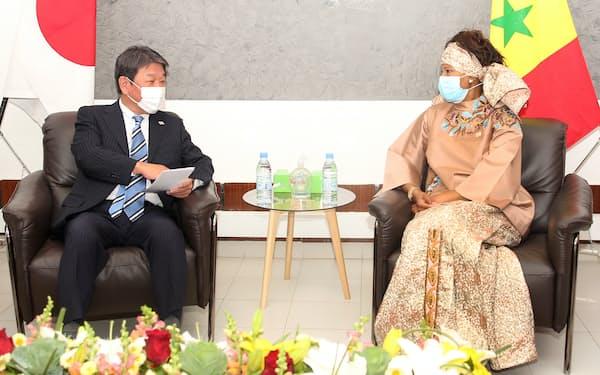 セネガルのタル外相(右)との会談に臨む茂木外相=外務省提供