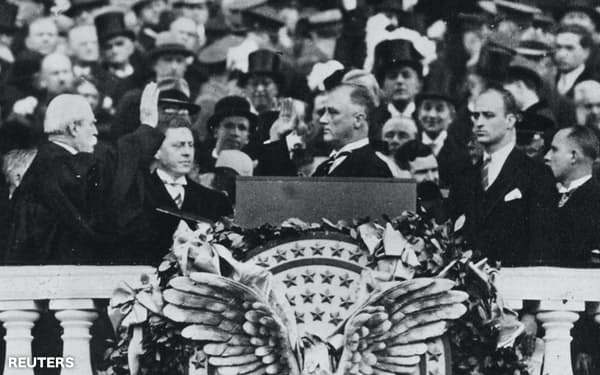 1933年3月、就任式に臨むフランクリン・ルーズベルト大統領(中央、ワシントン)=ロイター
