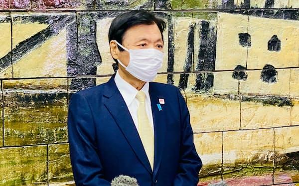 福岡県庁で取材に応じる小川洋知事(13日午前)