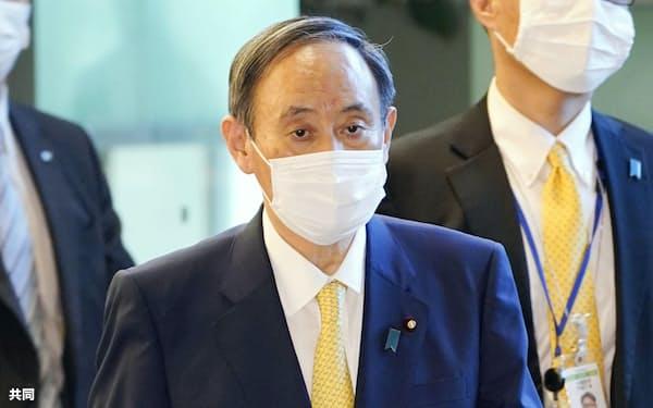 首相官邸に入る菅首相(13日午前)=共同