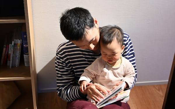 育休中に子どもに本を読み聞かせする近藤さん