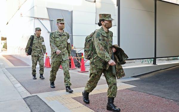 大阪コロナ重症センターに到着した自衛隊の看護官ら(15日午前、大阪市住吉区)=代表撮影