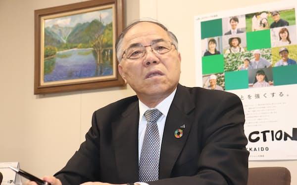 日本経済新聞の取材に応じる小野寺会長