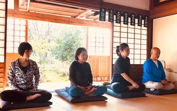 高浜町で座禅を体験するTeam WAA!のメンバー(20年11月)
