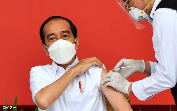 中国製のワクチンを接種するインドネシアのジョコ大統領(1月13日、ジャカルタ)=ロイター
