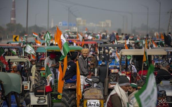 インドでは農家によるデモが数万人規模に膨らんでいる=AP