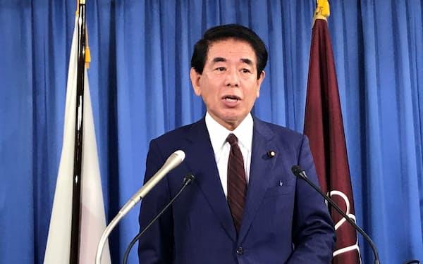 記者会見する自民党の下村政調会長(13日、党本部)