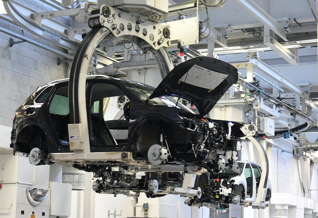半導体不足による自動車生産への影響は世界に広がっている。写真は独フォルクスワーゲンのウォルフスブルクの工場(独北部)=ロイター