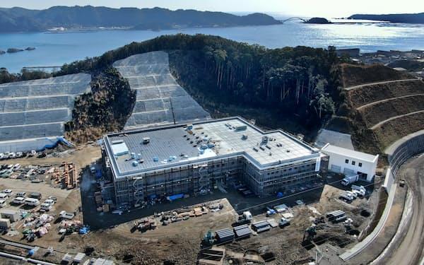 高台で建設が進む串本町役場(1月、和歌山県串本町)